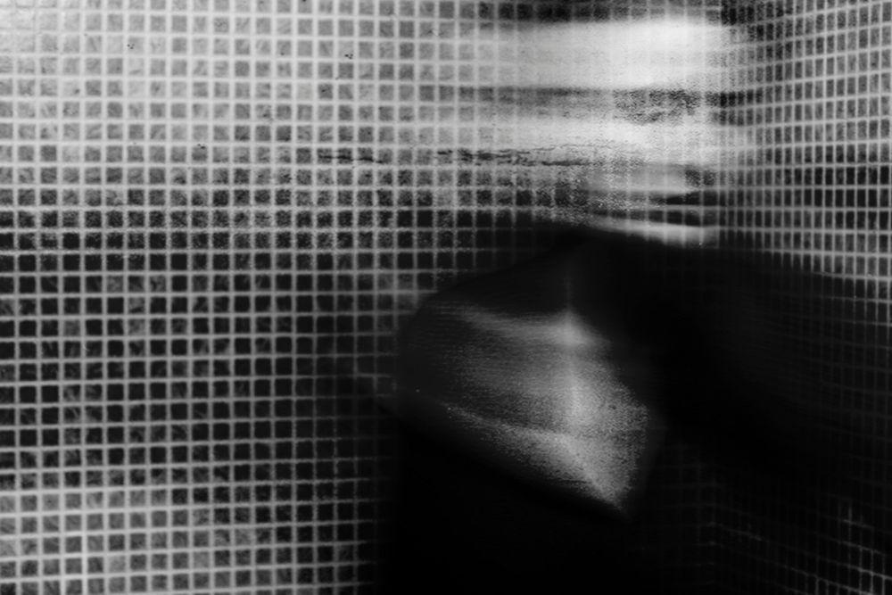 """Photographie noir et blanc de 2015 intitulée """"Aun hay tiempo"""" de la photographe Leila Forés qui resprésente le portrait flouté d'une jeune femme en mouvement."""