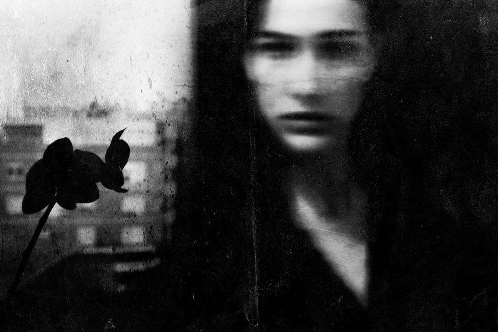 """Photographie noir et blanc de 2017 intitulée """"Francesca"""" de la photographe Leila Forés qui resprésente le portrait flouté d'une jeune femme"""